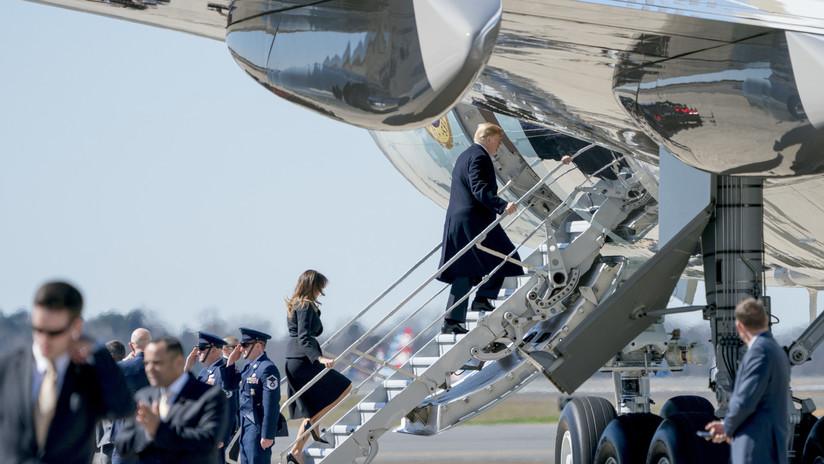 VIDEOS: Melania rechaza la mano de Trump después de que la dejara sola expuesta a un ventarrón