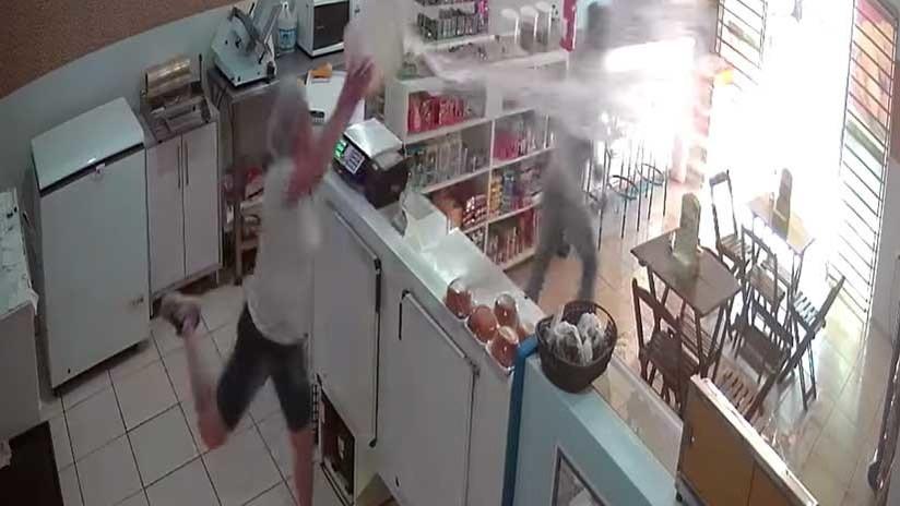 VIDEO: Una dependienta desafía a un atracador con un cubo de agua en Brasil
