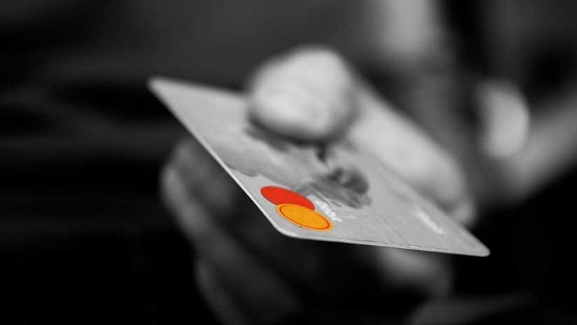 Video: Encuentra una tarjeta de débito en la calle y transmite en vivo como se gasta el importe