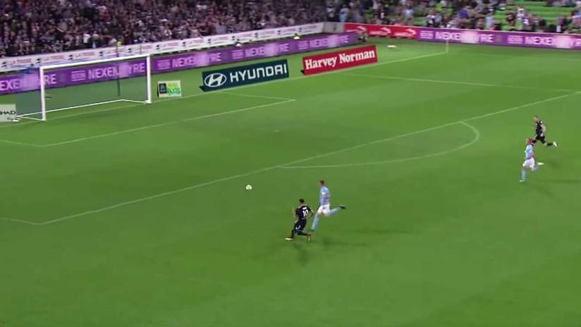 PIFIA MONUMENTAL: Un futbolista australiano falla un gol con la portería vacía (VIDEO)