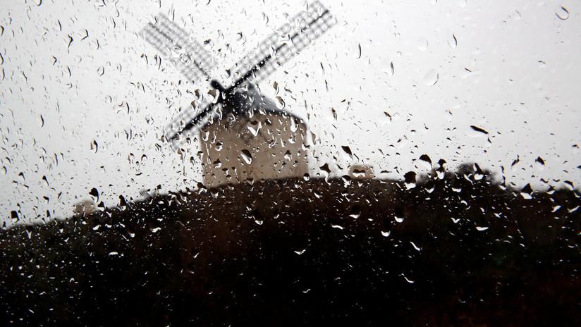 VIDEO: Las fuertes lluvias parten en dos una carretera española