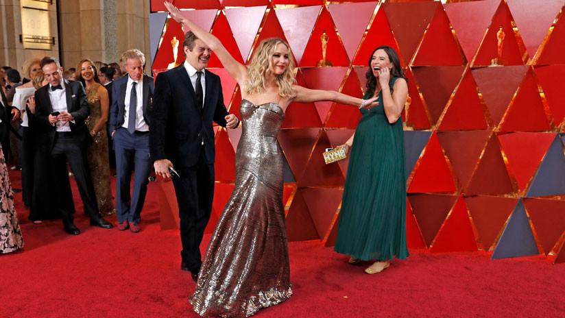 FOTOS: El extraño comportamiento de Jennifer Lawrence, centro de las miradas en los Óscar