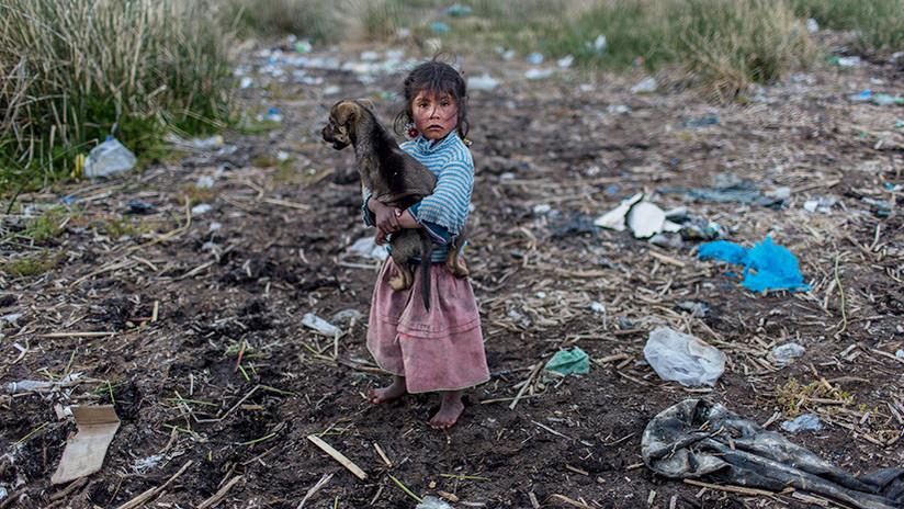 """""""Pañales, bolsas y hasta perros muertos"""": Mujeres se unen para limpiar el lago Titicaca"""