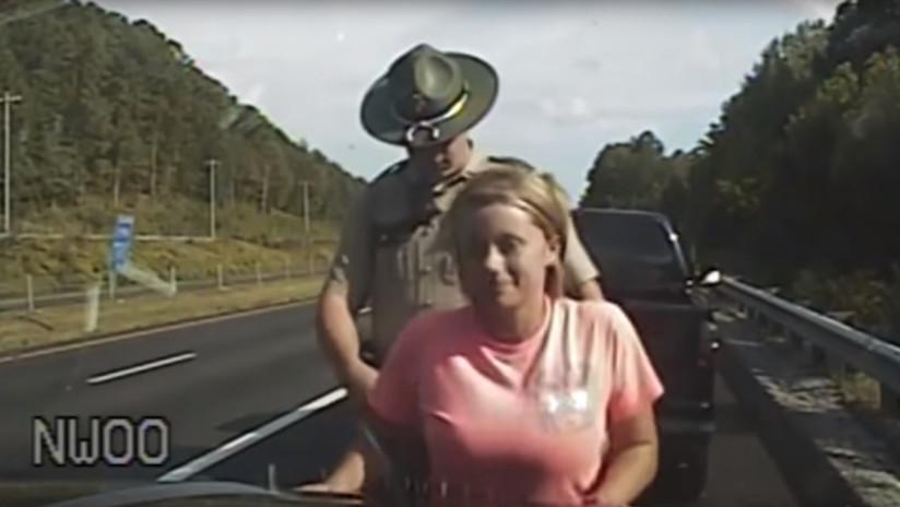 """VIDEO: Un policía de tránsito """"mete los dedos en la ropa interior"""" de una conductora detenida"""
