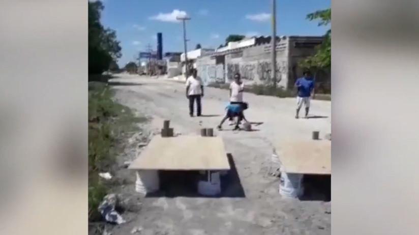 """""""Los juegos del bache"""": Ciudadanos montan una tirolina para sortear un socavón en Cancún (VIDEO)"""
