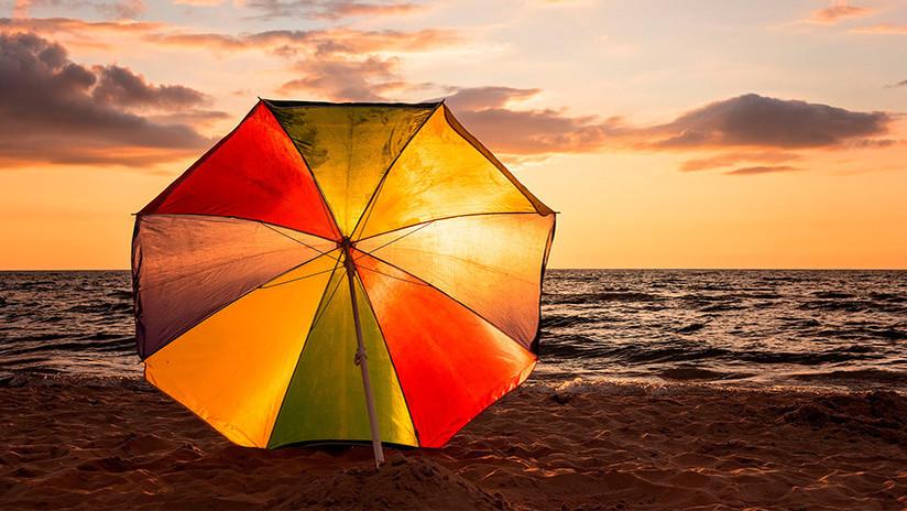 Una mujer muere ensartada por una sombrilla de playa arrastrada por el viento