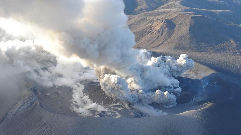 Japón: Un volcán exhala una columna de ceniza que se eleva 4 kilómetros (FOTOS)