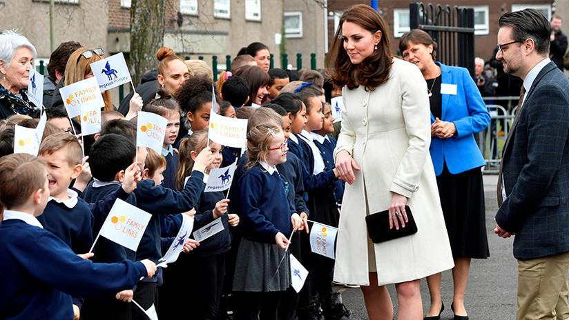 FOTO: ¿Adivinas qué hay de raro en los dedos de Kate Middleton?
