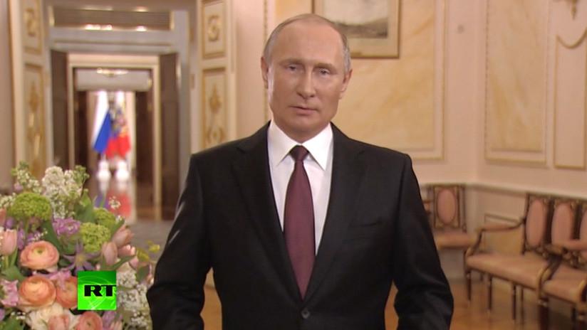 """""""Nos conquista el alma femenina"""": Putin recita un poema por el Día Internacional de la Mujer"""
