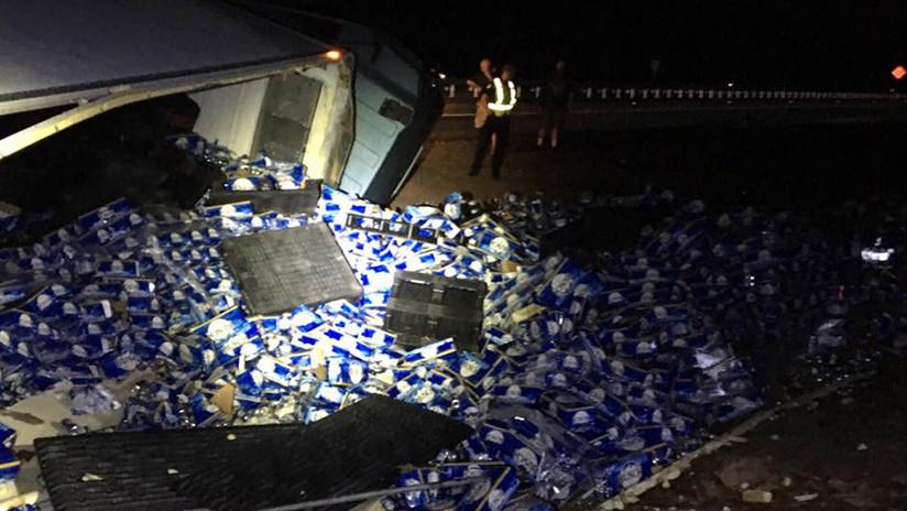 FOTOS: Un conductor de camión derrama 60.000 botellas de cerveza en Florida