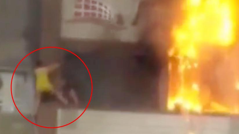 FUERTES IMÁGENES: Una mujer cae desde un quinto piso mientras escapaba de un incendio