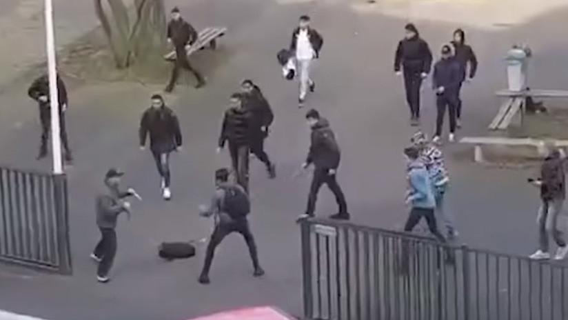 VIDEO: Estudiantes enfrentan osadamente a un hombre violento armado con 2 cuchillos