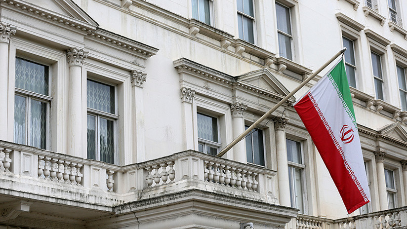 Hombres vestidos de negro suben a la Embajada de Irán en Londres y quitan la bandera