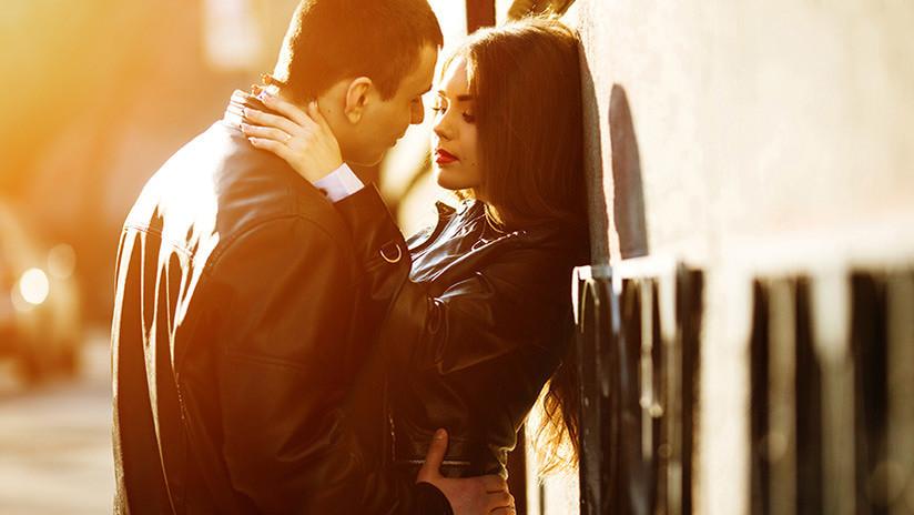 Descubre a su novia besándose y se toma una selfie