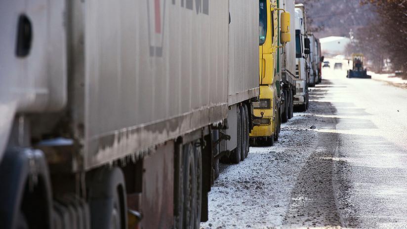 Un camión pierde varias cajas de trilita en una ruta de Siberia