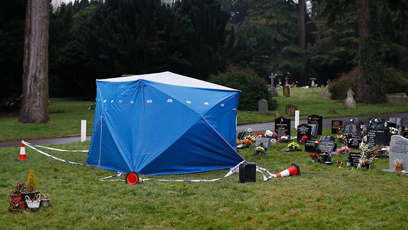 La Policía británica erige carpas sobre el sitio de entierro de la esposa y el hijo del exespía ruso