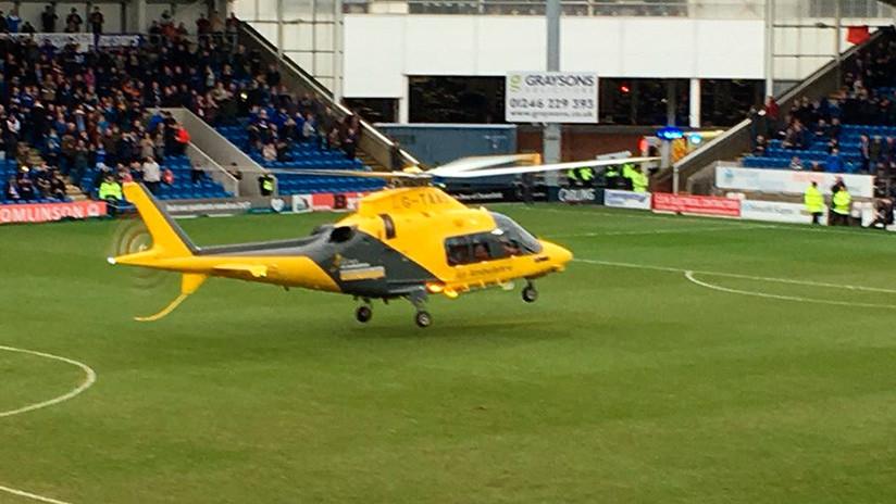 FOTOS, VIDEO: Un helicóptero aterriza en medio de un partido de fútbol para atender a un hincha