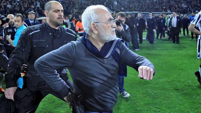 Grecia suspende su liga de fútbol luego de que el presidente de un club entrara al campo con un arma