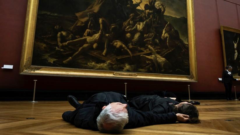 Evacuan el Louvre por una inusual protesta contra un proyecto petrolero en la Patagonia (FOTOS)