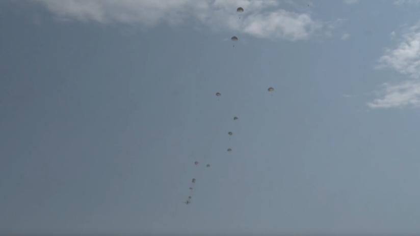VIDEO: Militares peruanos efectúan una demostración saltando en masa con paracaídas