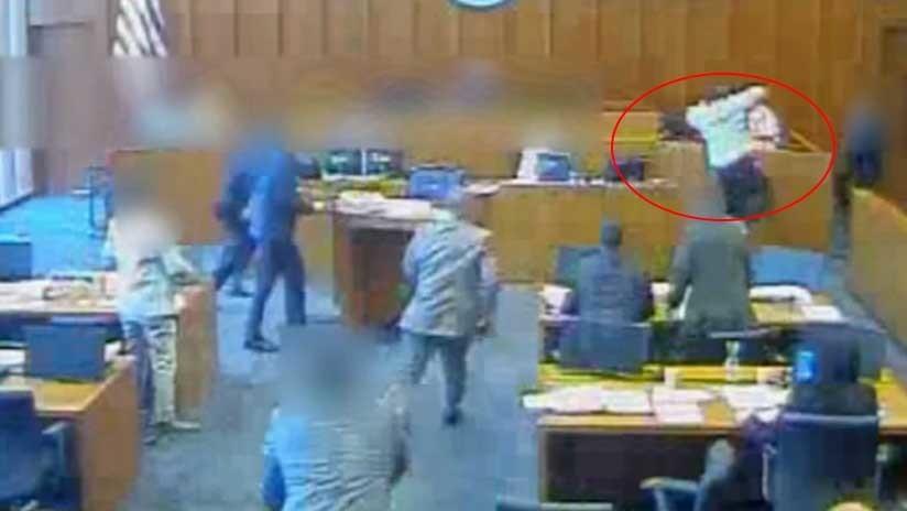FUERTE VIDEO: Abaten a tiros a un gángster que se lanzó sobre un testigo en un tribunal