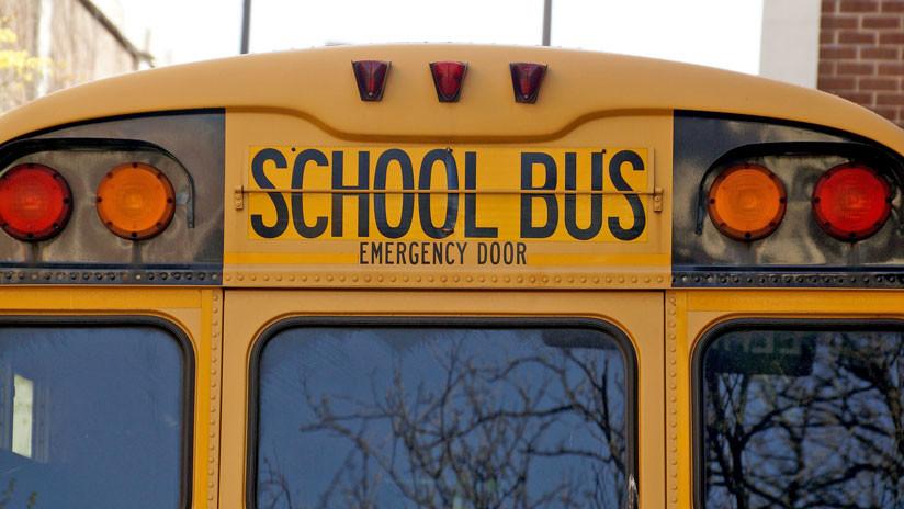 Un muerto y varios heridos al caer un autobús escolar por un barranco en Alabama