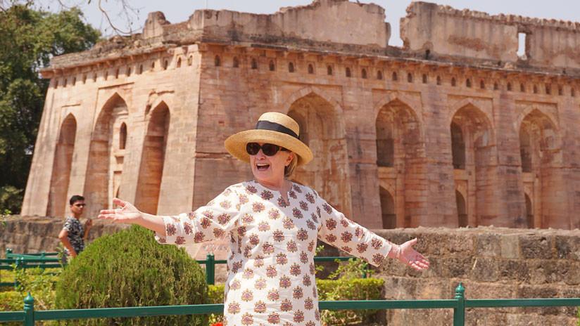 VIDEO: Hillary Clinton resbala dos veces durante su visita a la India