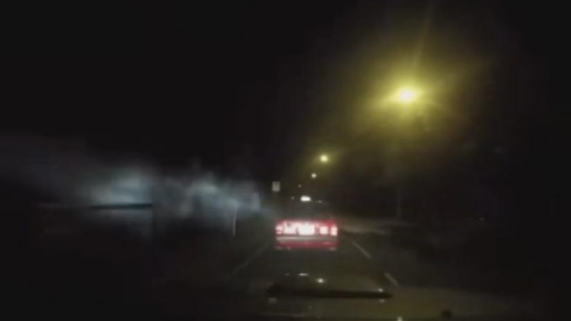 """VIDEO: Un """"ataque demoníaco"""" saca un coche en marcha de la carretera"""