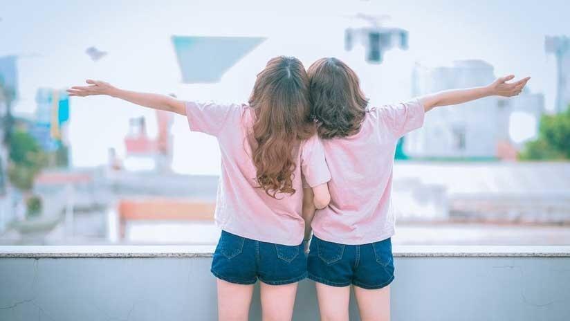 Blanco y negro: Dos gemelas pasan como amigas por ser completamente diferentes (FOTOS)
