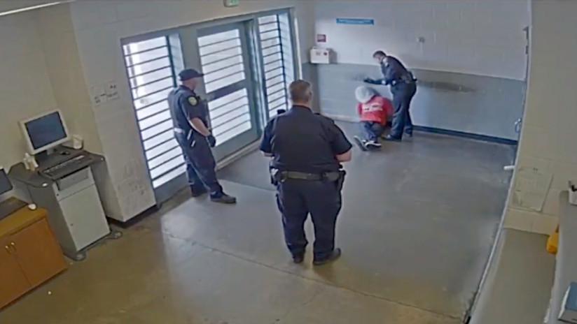 FUERTE VIDEO: Un agente en EE.UU. golpea en la cabeza a un detenido esposado