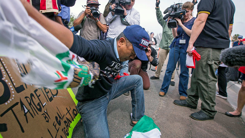 """""""¡Fuck México!"""": manifestante rompe una bandera durante la visita de Trump a California"""