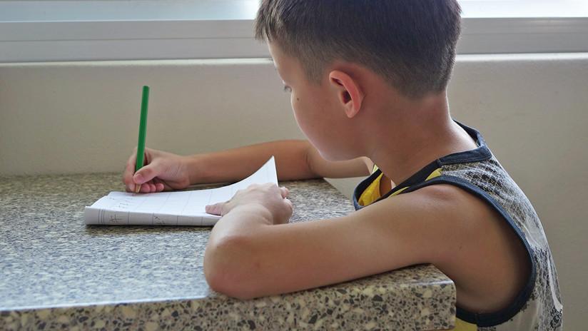 FOTOS: Niño se lleva sus deberes escolares al estadio para no perderse un partido