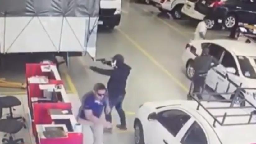 VIDEO: Hombres armados asaltan un local automotriz y prenden fuego a los coches en México