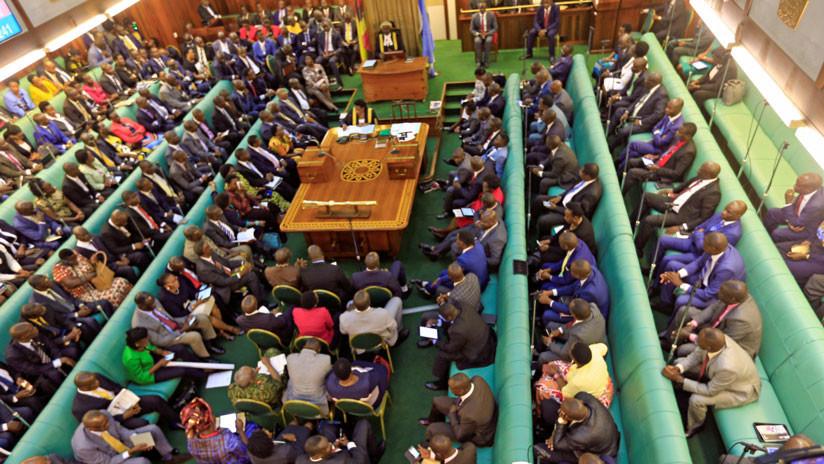 """""""Golpearla de algún modo"""": Un diputado de Uganda recomienda pegar a las mujeres para disciplinarlas"""