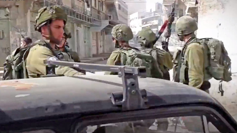 VIDEO: Soldados israelíes requisan el coche de una familia palestina para usarlo de barricada