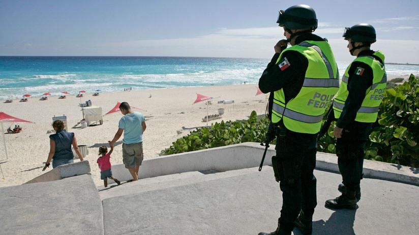 México: Suspenden a tres policías por tomarse fotografías con turistas en Cancún