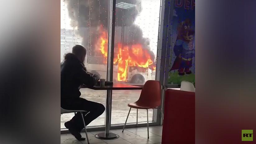 VIDEO: Un joven disfruta de un café a pocos pasos de un autobús en llamas