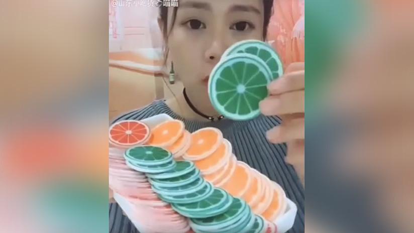 Nuevo movimiento viral en China: comer hielo frente a la cámara. ¿Para qué? (VIDEO)