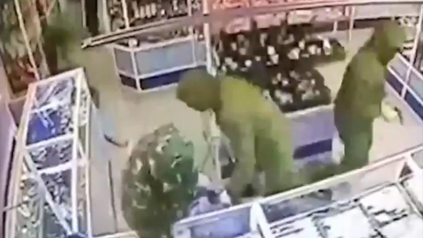 Sincronización milimétrica: Ladrones vacían una joyería en un minuto (VIDEO)
