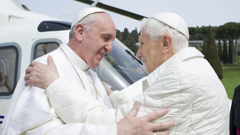 """""""¿Qué esconde?"""": Critican al Vaticano por censurar la carta de Benedicto XVI sobre Francisco"""