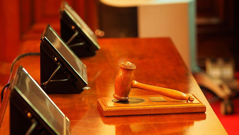 Una jueza encerrada utiliza un banquillo como ariete para escapar de la sala de un tribunal