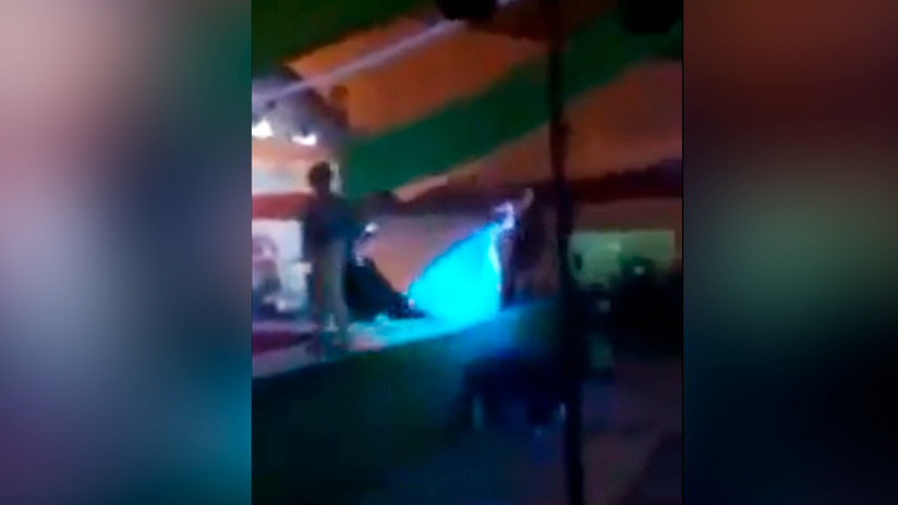 VIDEO: Pierde un concurso de belleza gay en México y empuja a la ganadora del escenario