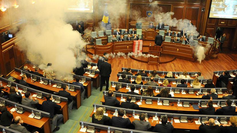 VIDEO: Diputados opositores lanzan bombas lacrimógenas en el Parlamento de Kosovo