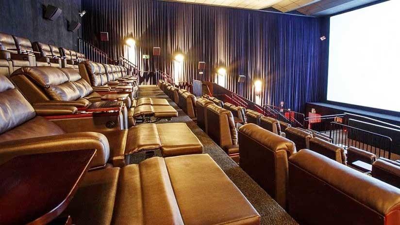 Muere al atascarse en la silla de un cine de Birmingham cuando intentaba recuperar su teléfono caído