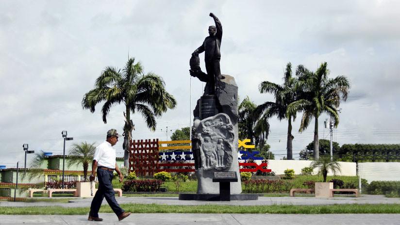 FOTOS: Vandalizan con piedras y bombas incendiarias estatua de Hugo Chávez en su ciudad natal