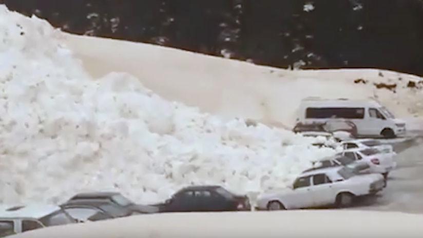 VIDEOS: Una avalancha de nieve devora coches a los pies del monte Elbrús