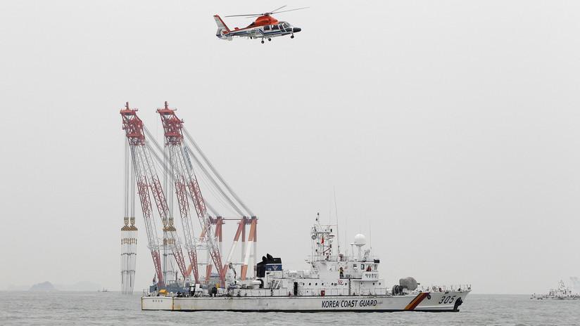 Rescatistas surcoreanos tratan de salvar a 192 personas de un barco que chocó contra una roca