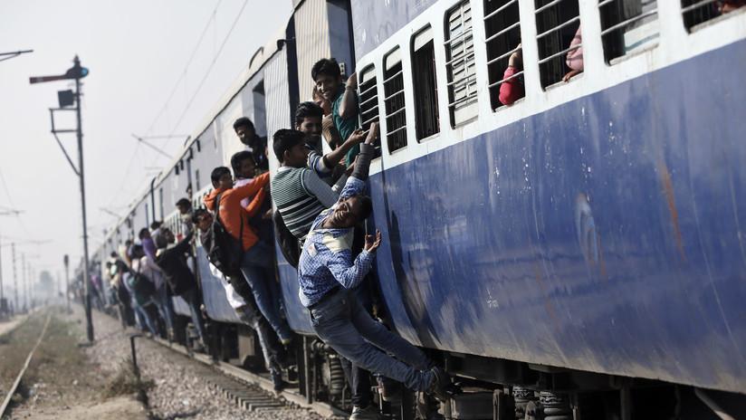VIDEO: Intenta subirse a un tren en movimiento, se resbala y termina aplastado