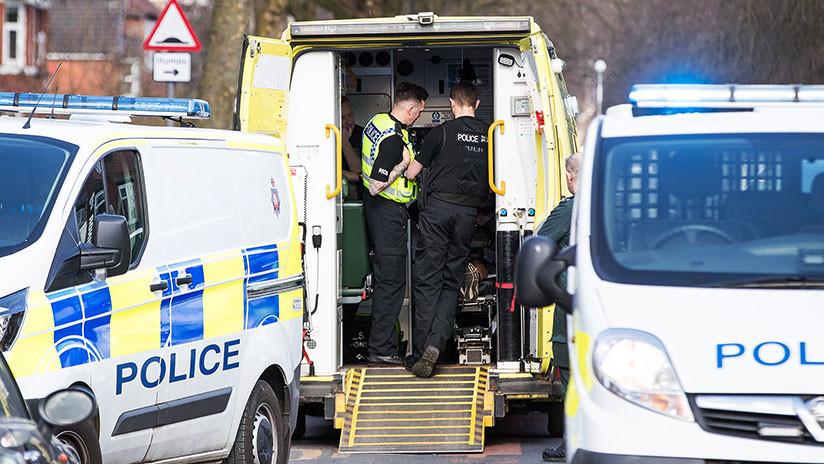 VIDEO: Un hombre ataca con una espada a un grupo de policías en Manchester