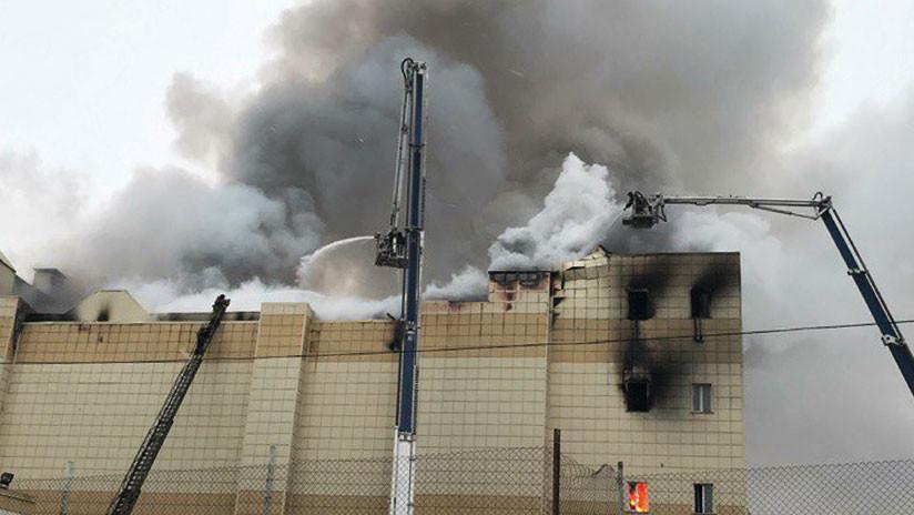 VIDEO: Víctimas tratan de escapar del centro comercial ruso, convertido en una trampa de fuego